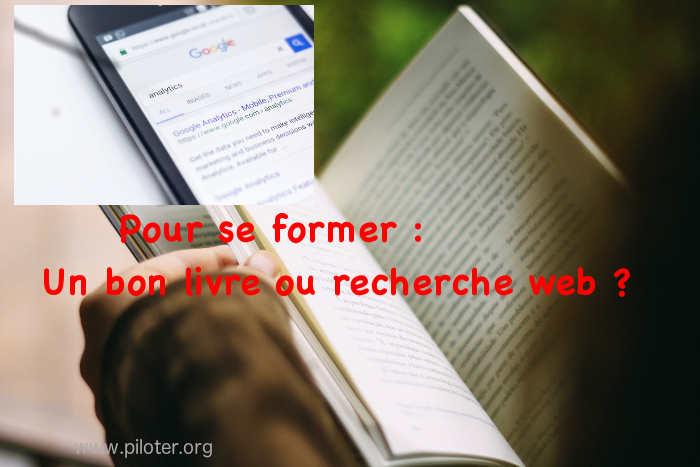 Livre ou web ? Un ouvrage ouvert et un smartphone en recherche web